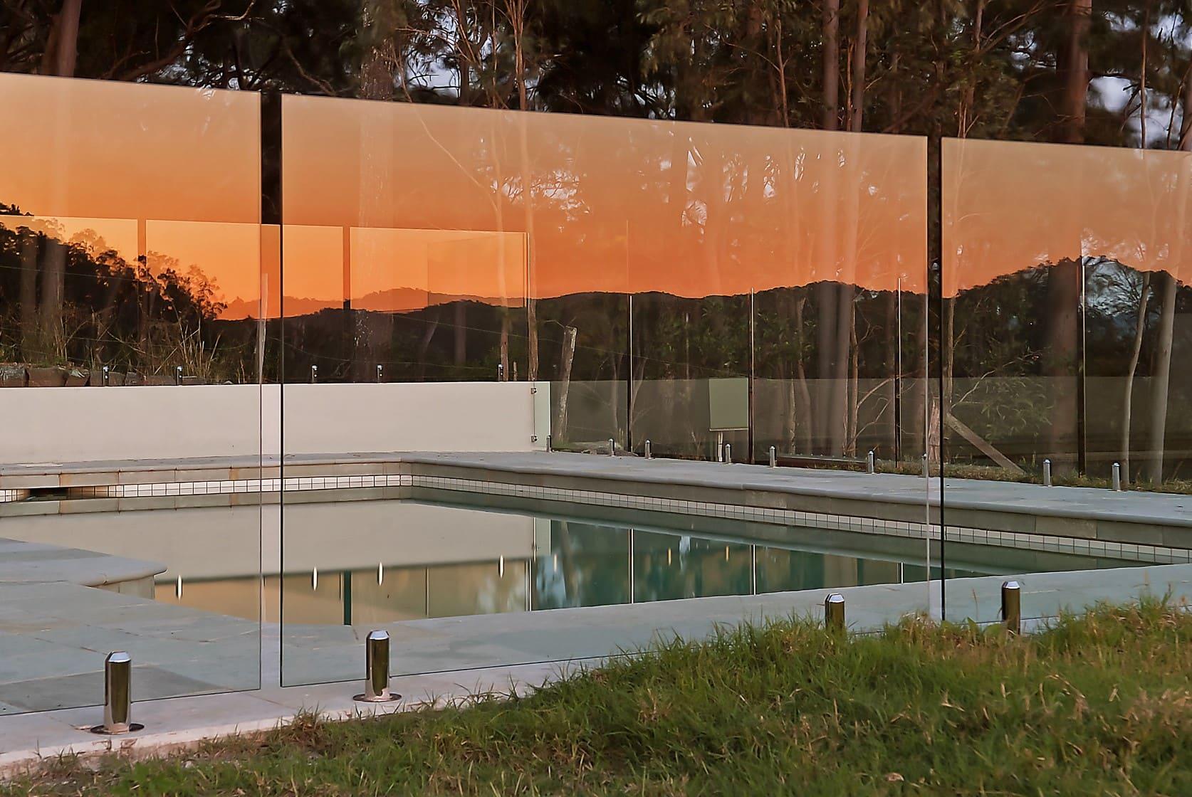ограждение бассейна стеклом