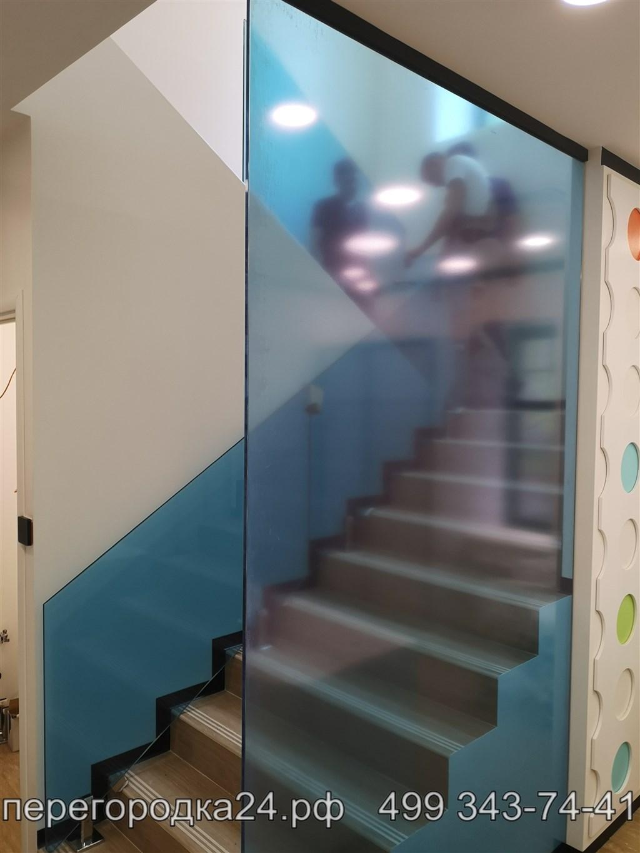 цельностеклянное ограждения лестницы